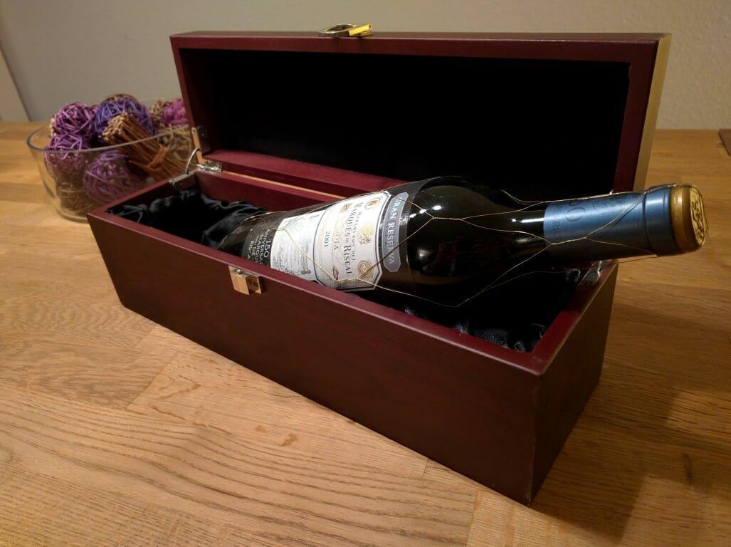 Weinkiste mit Glückwünschen
